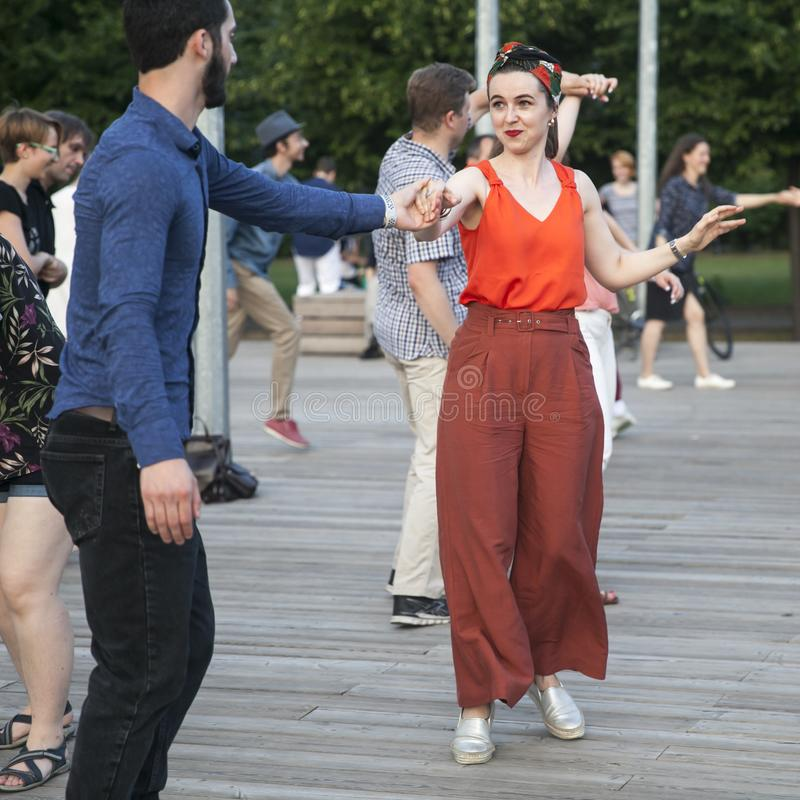 Dança fora no parque na terraplenagem de Pushkinskaya imagens de stock