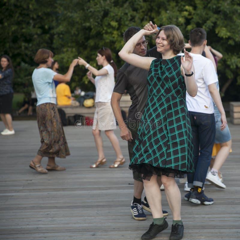 Dança fora no parque na terraplenagem de Pushkinskaya foto de stock