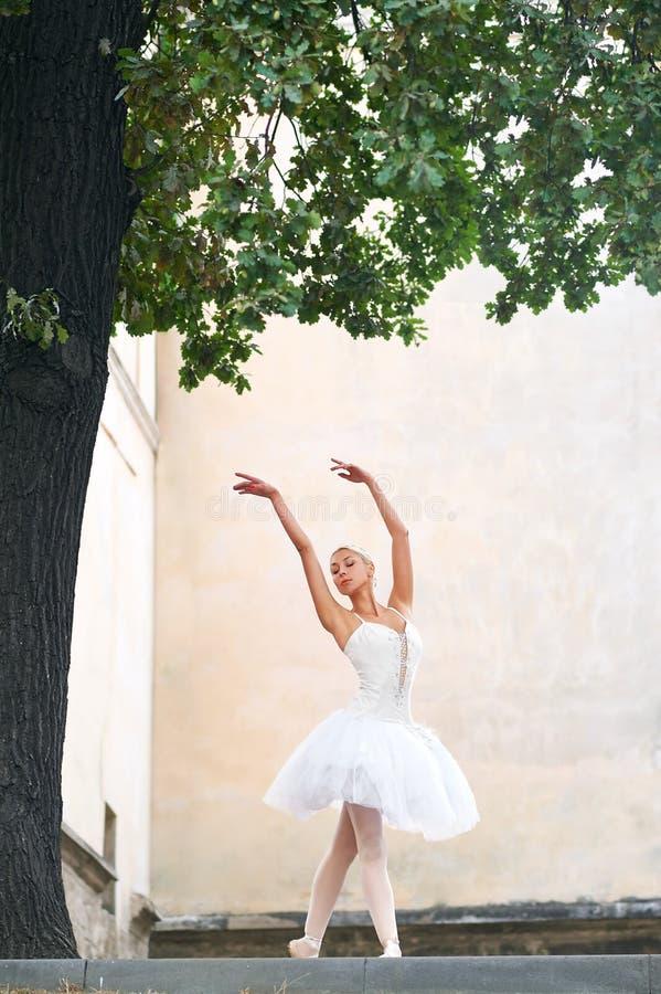Dança graciosa bonita da bailarina nas ruas de um ci velho fotografia de stock royalty free