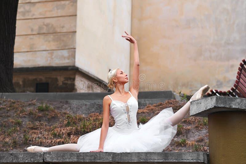Dança graciosa bonita da bailarina nas ruas de um ci velho imagem de stock