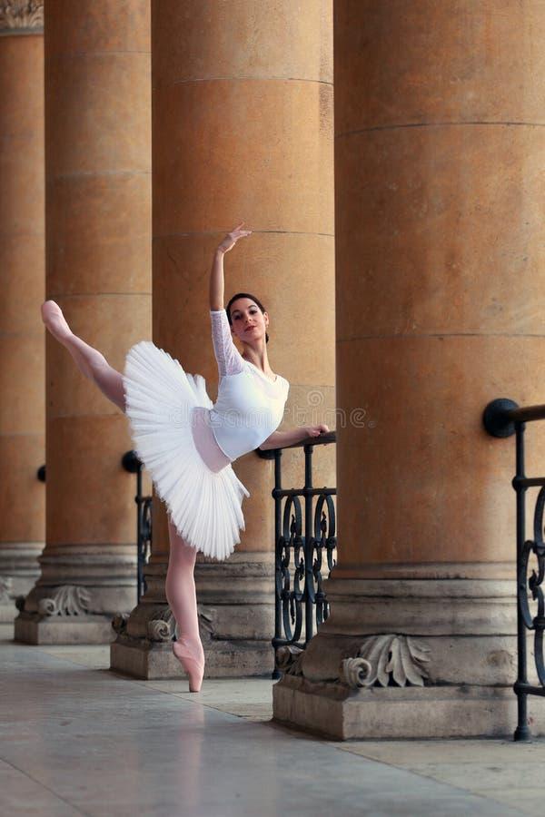 Dança graciosa da bailarina em um palácio fotos de stock