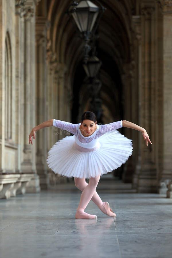 Dança graciosa da bailarina em um palácio imagem de stock