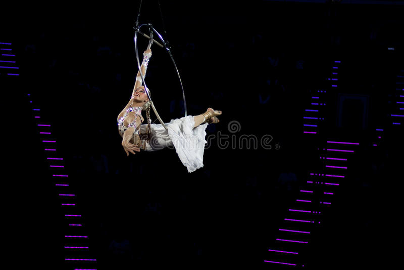 Dança graciosa executada no anel aéreo fotografia de stock