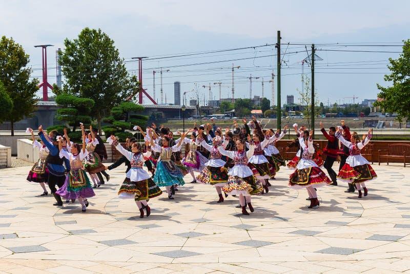 Dança húngara em trajes nacionais em Budapest foto de stock royalty free