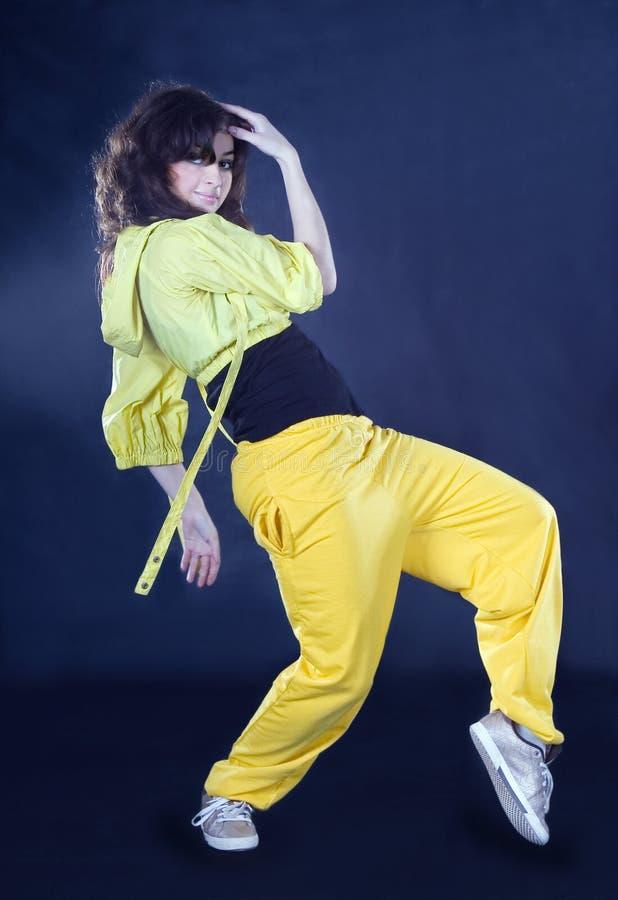 Dança hiphop do adolescente na escuridão imagens de stock