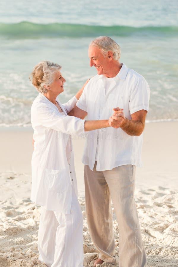 Dança idosa dos pares na praia fotografia de stock