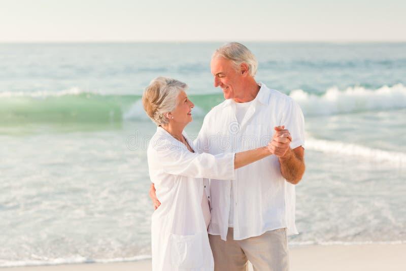 Dança idosa dos pares na praia fotografia de stock royalty free