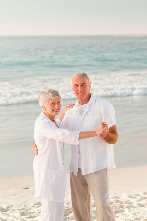 Dança idosa dos pares na praia imagens de stock