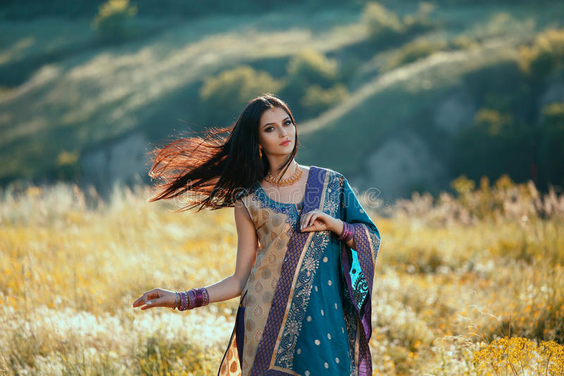 Dança indiana luxuoso da mulher na roupa natural tradicional foto de stock royalty free