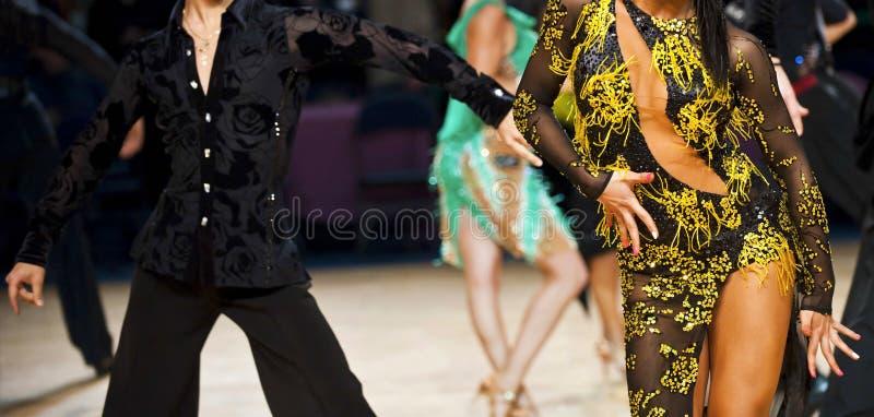 Dança internacional latino do dançarino da mulher e do homem fotografia de stock