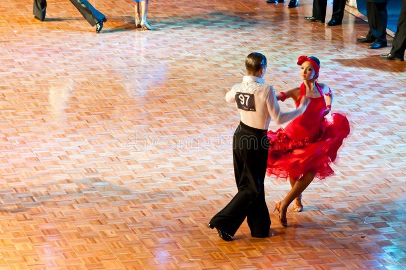 Dança latin de dança dos pares imagens de stock royalty free