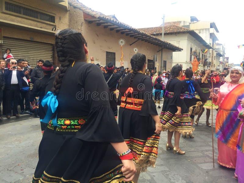 Dança local das mulheres durante a parada do Natal em Cuenca Equador imagem de stock
