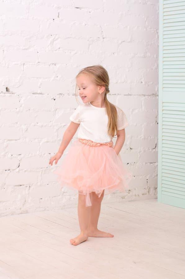 Dança loura da menina fotos de stock royalty free