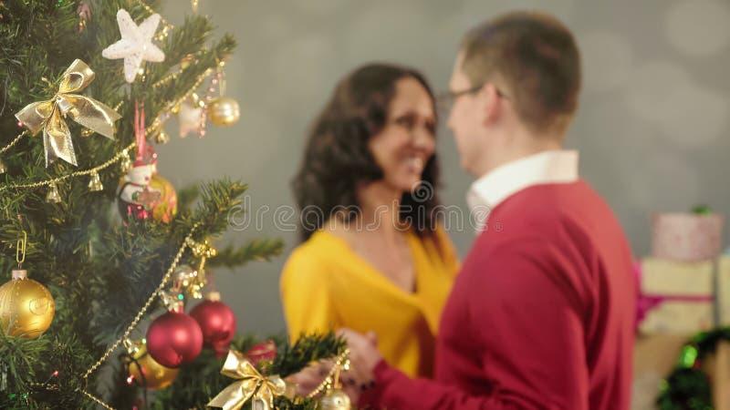 Dança loving feliz dos pares na festa de Natal, unidade, momentos mágicos imagens de stock royalty free