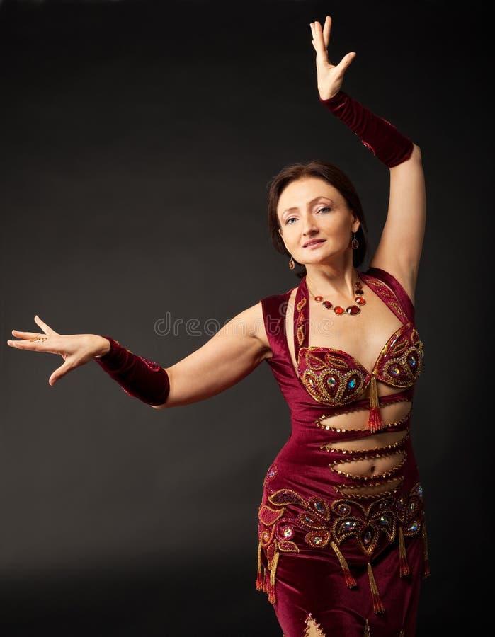 Dança madura da mulher no traje árabe fotos de stock