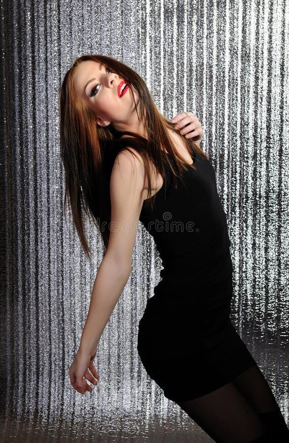Dança modelo consideravelmente sedutor da mulher imagem de stock
