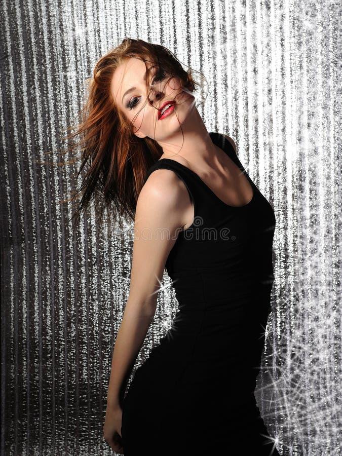 Dança modelo consideravelmente sedutor da mulher fotos de stock royalty free