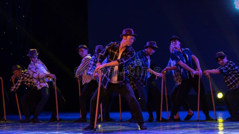 Dança moderna homem-chinesa velha dança-cômico da muleta foto de stock