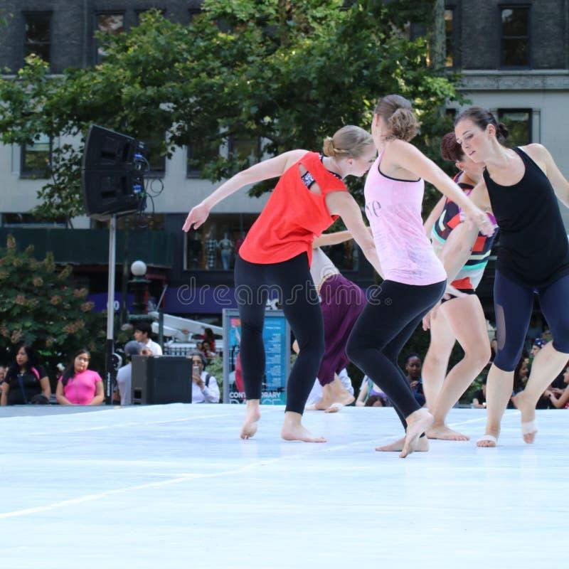 Dança moderna que está sendo executada por mulheres em Bryant Park imagem de stock