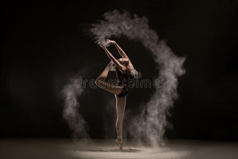 Dança moreno graciosamente na nuvem de poeira branca fotos de stock royalty free