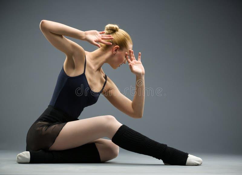 Dança na bailarina do assoalho com mãos na frente da cara fotografia de stock royalty free