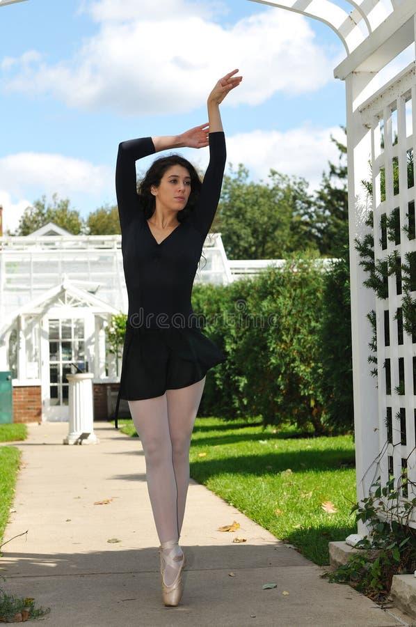Dança na porta do arco imagens de stock royalty free