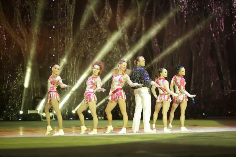 Dança no início da acrobacia foto de stock