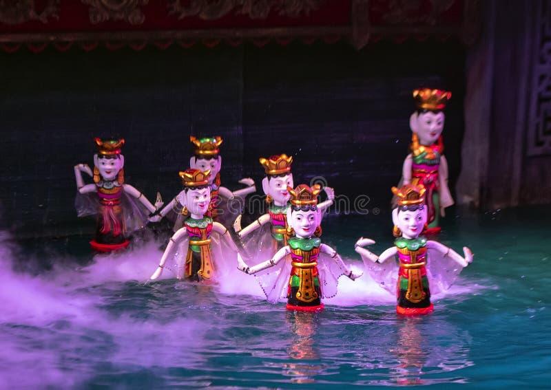 Dança no teatro longo do fantoche da água de Thang, Hanoi das mulheres do fantoche da água, Vietname foto de stock royalty free