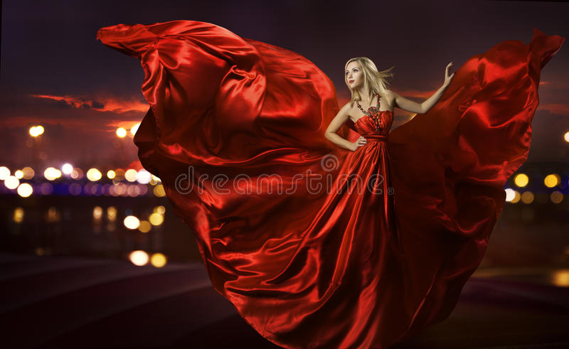 Dança no vestido de seda, sopro vermelho artístico da mulher foto de stock royalty free