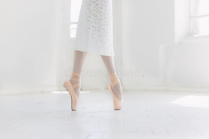 Dança nova da bailarina, close up nos pés e sapatas, estando nos pointes imagem de stock royalty free