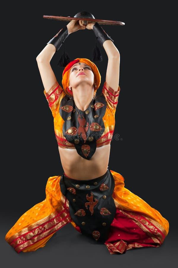 Dança oriental da mulher com protetor - traje de Arábia fotografia de stock royalty free
