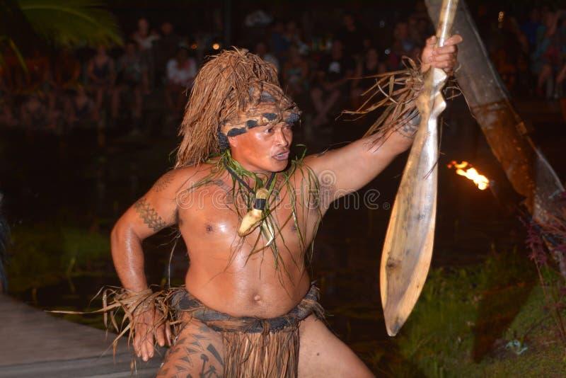 Dança polinésia do homem de Islander do cozinheiro no desempenho cultural no Ra foto de stock