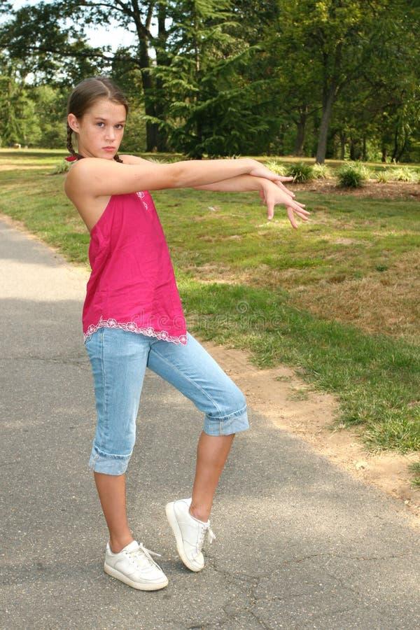 A dança praticando da menina move-se em um parque imagem de stock