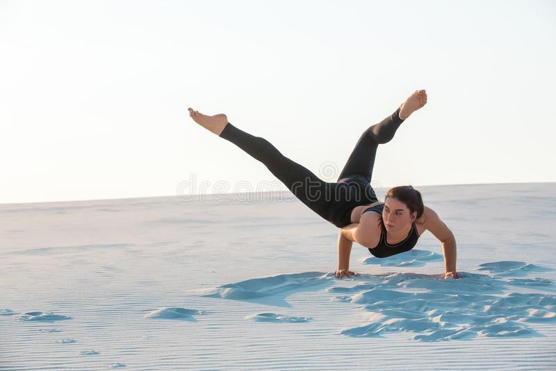 Dança profissional nova da mulher da ginasta exterior - lixe a praia fotos de stock