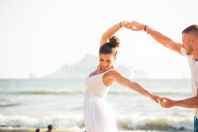 Dança romântica adulta caucasiano feliz e alegre nova dos pares na praia tropical do verão fotos de stock