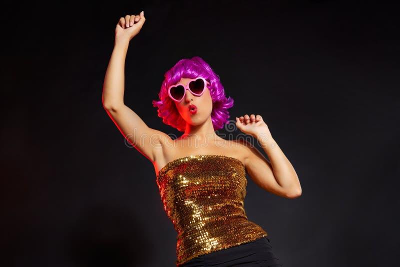 Dança roxa da menina da peruca do divertimento com vidros do coração fotografia de stock