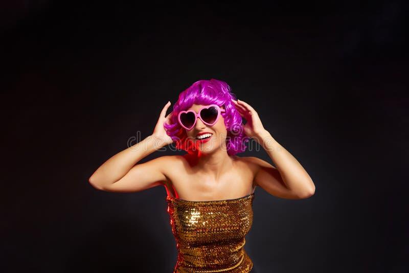 Dança roxa da menina da peruca do divertimento com vidros do coração imagens de stock royalty free