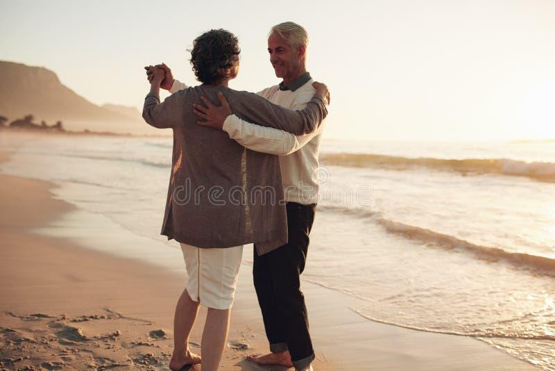 Dança sênior dos pares na praia fotografia de stock royalty free