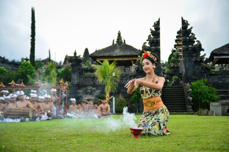Dança sagrado de Performing A do dançarino do Balinese fotos de stock royalty free
