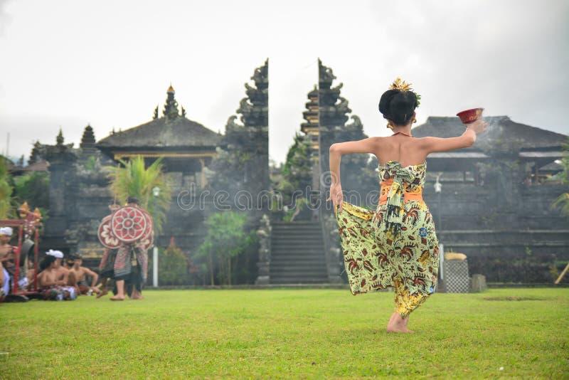 Dança sagrado de Performing A do dançarino do Balinese imagem de stock