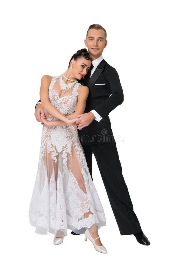 Dança sensual da mulher e do homem Noiva no vestido e no noivo brancos no smoking Pares de dançarinos do salão de baile no amor C fotos de stock