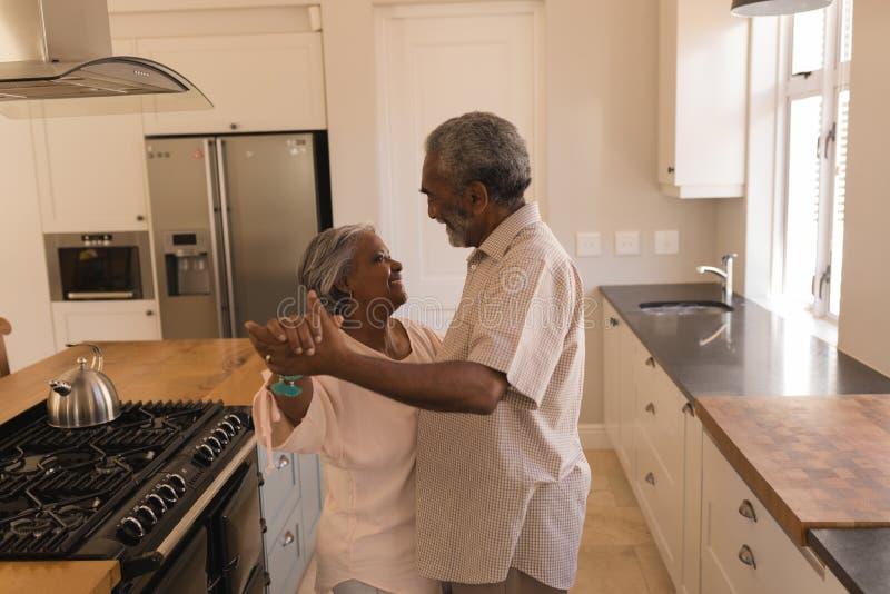 Dança superior dos pares em uma cozinha imagem de stock royalty free