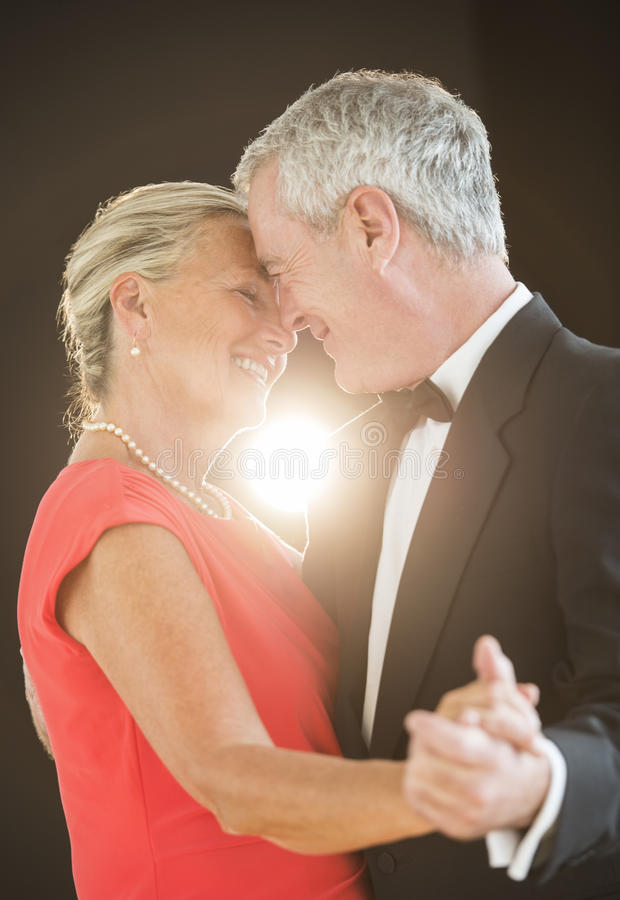 Dança superior romântica dos pares fotografia de stock