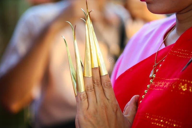 Dança tailandesa do prego na província do chiangmai Cultura tailandesa que mostra no feriado Cultura de Tailândia pelas mulheres  foto de stock