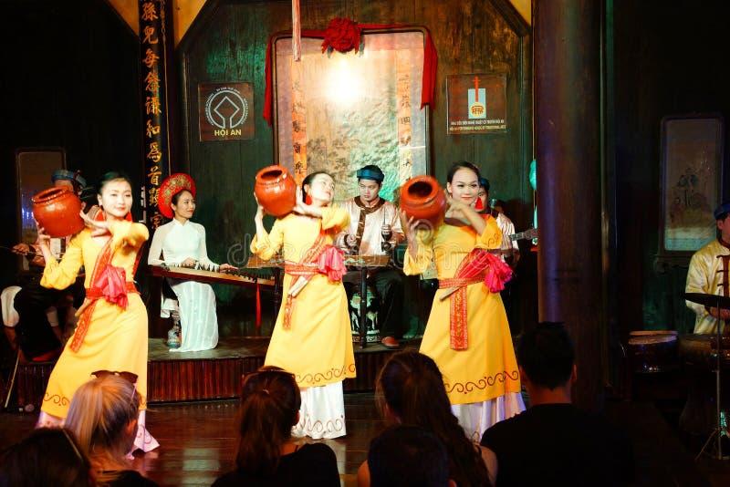 Dança tradicional com potenciômetros de argila fotos de stock