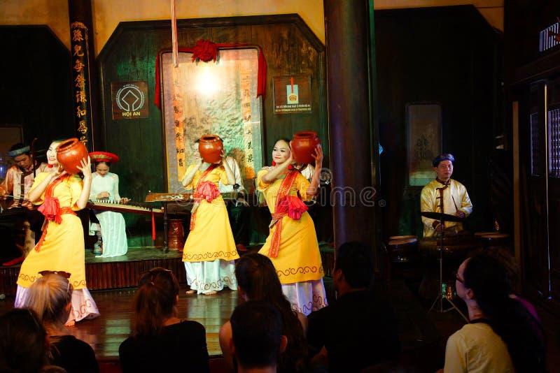 Dança tradicional com potenciômetros de argila imagem de stock