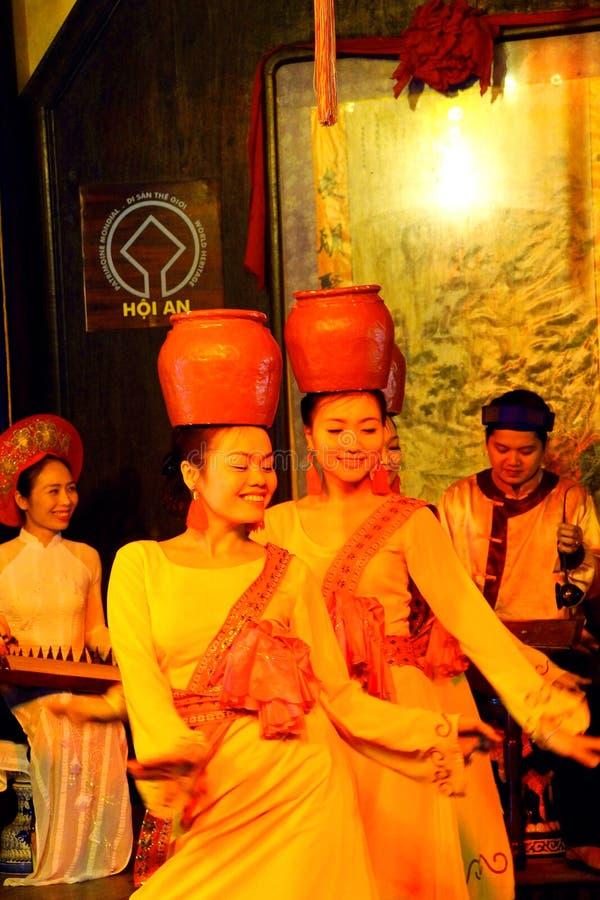 Dança tradicional com potenciômetros de argila fotografia de stock royalty free