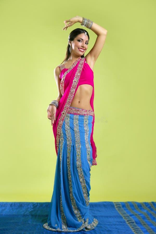 Dança triguenha nova indiana bonita da mulher imagens de stock