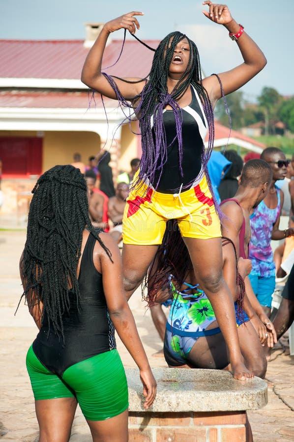 Dançando na praia de Lido, Entebbe, Uganda foto de stock