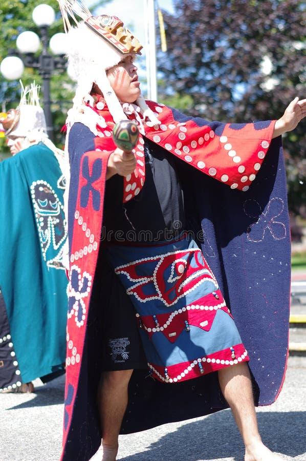 Dançarino aborígene dos territórios de Salish da costa imagens de stock royalty free